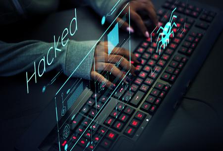 コンピュータウイルスの防止に取り組むプログラマー