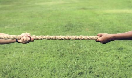Close-up van de hand die aan het touw trekt in touwtrekspel Stockfoto