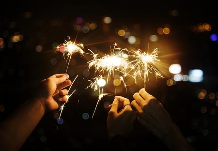 Célébrer avec des cierges magiques dans la nuit Banque d'images