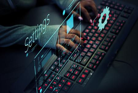 Programador trabajando para prevenir virus informáticos Foto de archivo