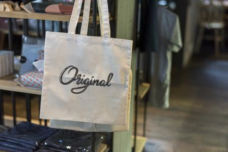 Bolsa de lona en una maqueta de tienda Foto de archivo