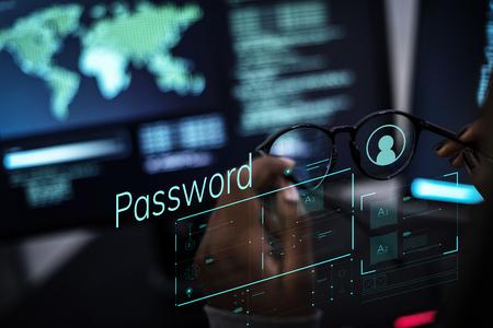 Mujer que trabaja con redes globales y protección de datos.