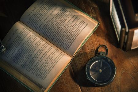Un viejo libro sobre una mesa de madera