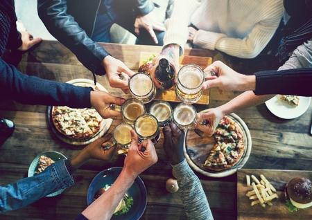Vrienden roosteren met ambachtelijk bier