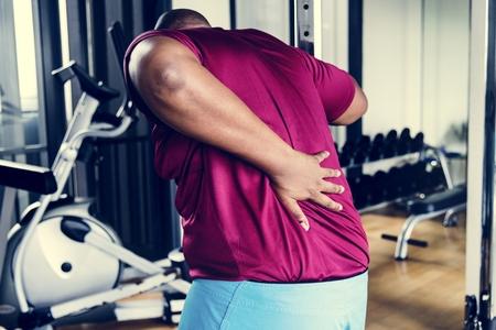 Uomo che ha problemi con la schiena