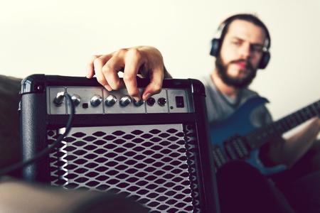 Hombre caucásico, practicar, guitarra eléctrica Foto de archivo