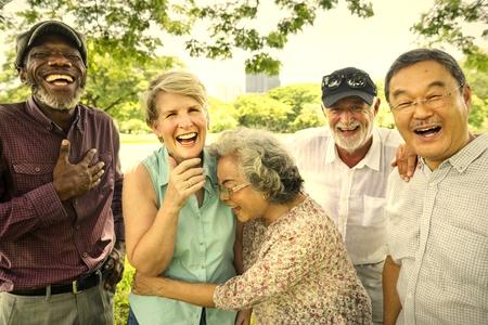 Amis aînés s'amusant au parc