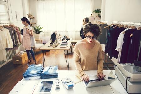 Kobieta pracująca w butiku mody