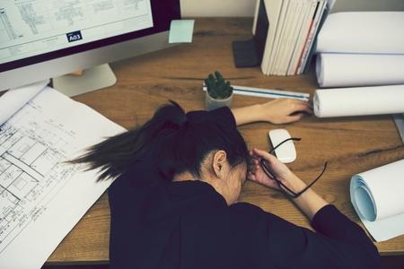 Trabajador de oficina durmiendo en el escritorio