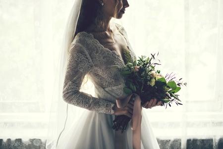 Mooie bruid met een bloemenboeket Stockfoto