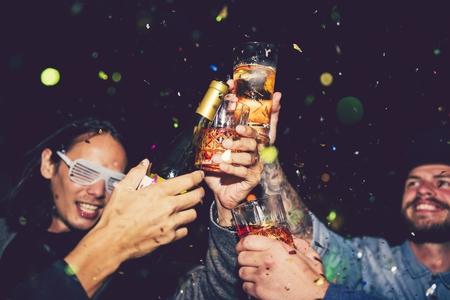 Amigos volviéndose locos en una fiesta de año nuevo