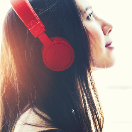 Girl wearing headphones and listening to music Imagens