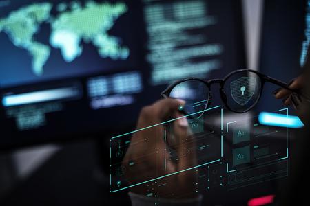 Donna che lavora con reti globali e protezione dei dati