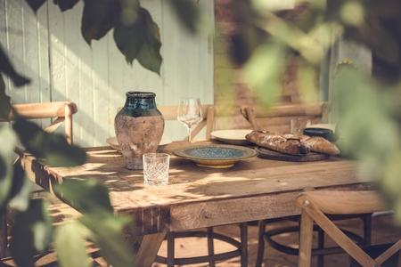 Gedeckter Tisch für das Abendessen auf der Veranda Standard-Bild