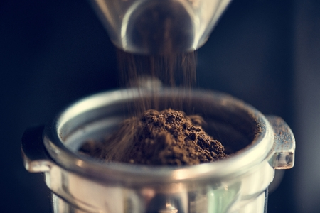 Closeup of fresh grinding coffee Banque d'images