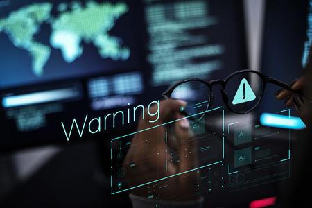 Femme travaillant avec les réseaux mondiaux et la protection des données