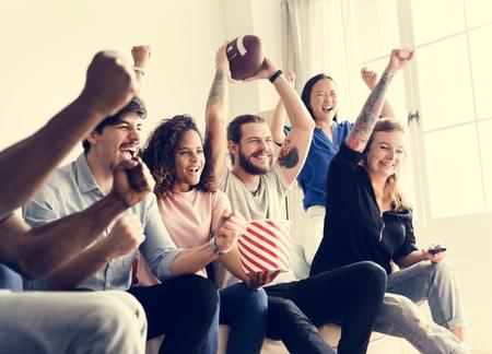 Amis applaudir la ligue de sport ensemble