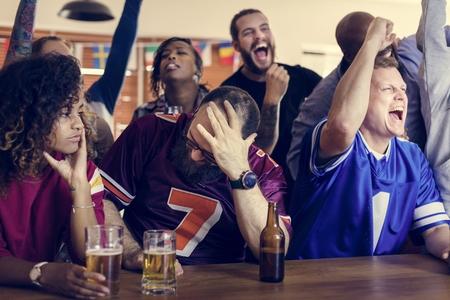 Vrienden die samen sport bij bar juichen Stockfoto