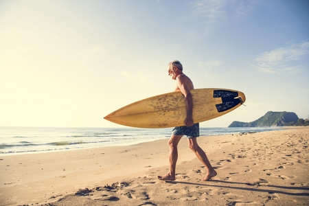 Mature surfer ready to catch a wave Imagens