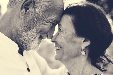 Couple d'âge mûr toujours amoureux