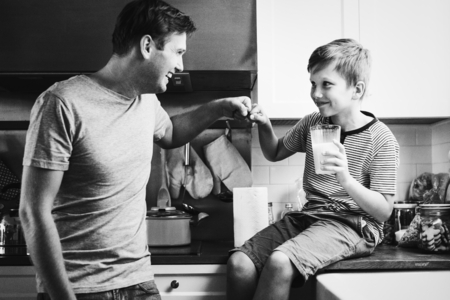 Father and son in kitchen Reklamní fotografie