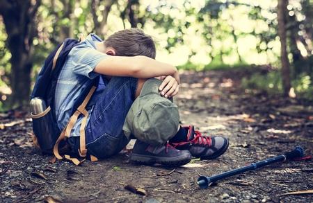 Garçon perdu et triste dans la forêt Banque d'images