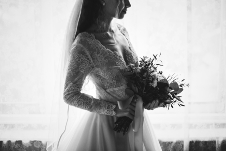 Attractive beautiful young bride holding a bouquet of flowers 写真素材