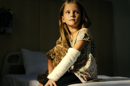 Young girl with a broken arm 版權商用圖片