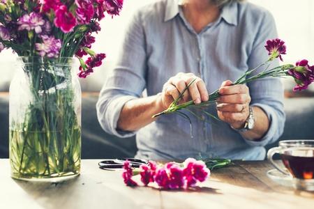 Bloemen knippen en bloemen schikken