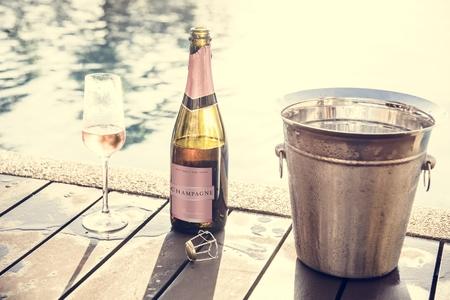 Prosecco de rosa fría junto a la piscina