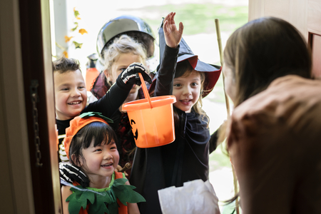 Little children trick or treating on Halloween Imagens