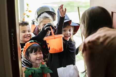 Los niños pequeños truco o trato en Halloween