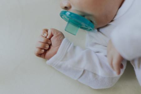Bambino tranquillo che dorme in una culla