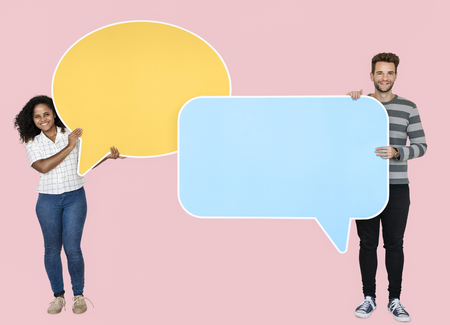 People holding speech bubble icons Imagens - 110598742