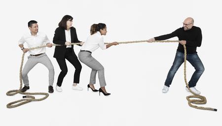 Verschiedene Geschäftsleute, die an einem Seil ziehen