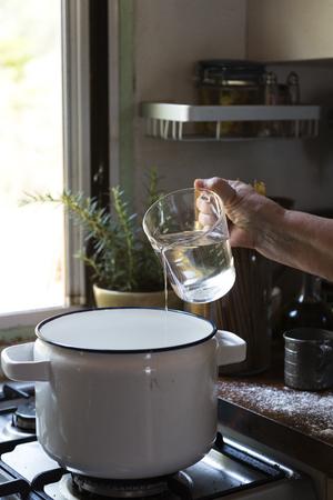 Gießen Sie Wasser in einen Topf