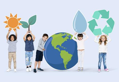 Diverse kids with environment icons 版權商用圖片 - 110603414