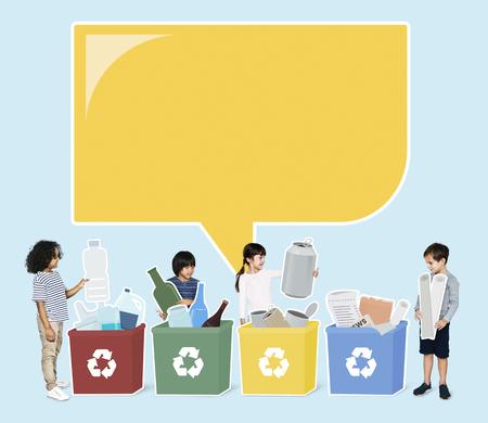 Bambini felici e diversi che riciclano i rifiuti