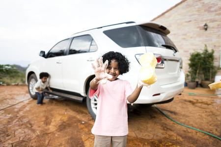 Boys washing the family car Foto de archivo - 110701292