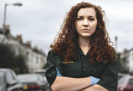 Retrato de mujer paramédico en uniforme
