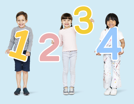 Cheerful diverse kids holding numbers one to four Zdjęcie Seryjne