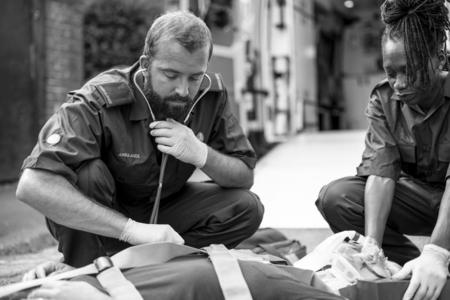 Paramedic team rescuing a critical patient 免版税图像
