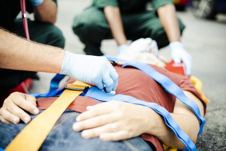 Paramedisch team dat een kritieke patiënt redt