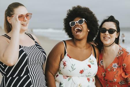 Fröhliche, vielfältige Frauen in Übergröße am Strand