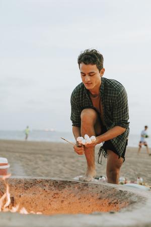 Man barbecuing marshmallows Stock fotó