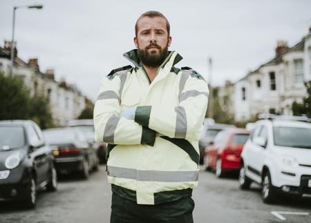 Retrato de un paramédico masculino en uniforme