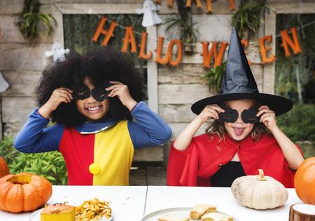 Niños disfrazados disfrutando de la temporada de Halloween.