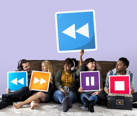 Personas con iconos de reproductor multimedia y un botón de rebobinado