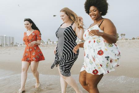 Mujeres con curvas en la playa