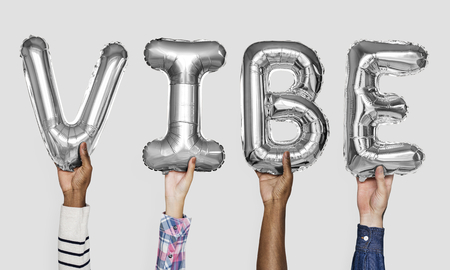 Gray silver alphabet balloons forming the word vibe Foto de archivo - 111778971